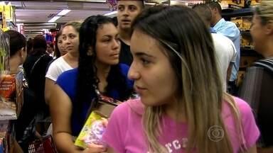 Dia das Crianças agita o comércio de São Paulo - Em tempos de crise, os lojistas esperam vender menos do que em 2014. Mas as lojas lotaram neste sábado (10).