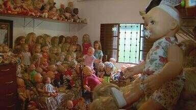 Conheça aposentada que coleciona bonecas há 50 anos em Ribeirão Preto, SP - Centenas delas foram parar no lixo antes de ganhar vida nova.