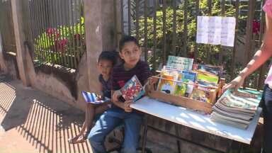Menino de dez anos de Mandaguari tem projeto de incentivo à leitura - Ele disponibiliza livros, gibis e revistas para quem quiser levar para casa