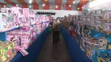 Lojas preparam promoções para vendas do dia das crianças - Muitos pais foram hoje procurar os presentes para os filhos.