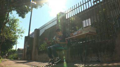 Biblioteca na calçada compartilha histórias e inspiração em Mandaguari - A ideia de um menino está dando certo e pode servir de inspiração para mais gente que gosta de dividir bons livros.