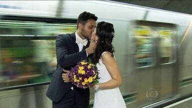 Noivos comemoram casamento dentro de estação de metrô de São Paulo - Fábio e Rosana se conheceram e se apaixonaram na estação de metrô na Barra Funda. Eles se casaram um ano e um mês depois e resolveram celebrar a união onde tudo começou.