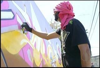 Grafiteiros colorem muros de comunidade em Campos dos Goytacazes, no RJ - Projeto social ocorreu na comunidade da Portelinha.