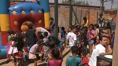 Família de Águas Claras garante a festa do Dia das Crianças em creche do Sol Nascente - O Dia da Criança foi antecipado na creche Os Pequeninos de Jesus, no Sol Nascente, em Ceilândia. Uma família promoveu o evento para deixar todo mundo feliz.