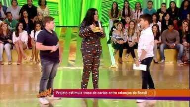 Meninos da plateia se conhecem após projeto Cartas pelo Brasil - Corrente faz pessoas de diversas regiões do país se comunicarem