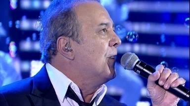 José Augusto relembra 'Sonho por Sonho' no 'Domingão do Faustão' - Durante a canção, palco foi invadido por bolinhas de sabão e balé de estátuas-vivas