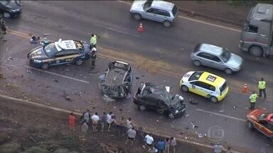 Acidente deixa seis mortos e quatro feridos na BR-040 em Itabirito (MG) - Caminhão carregado de melancias tombou numa curva, atingiu carros que vinham no outro sentido, acertou mureta de proteção e caiu no barranco.