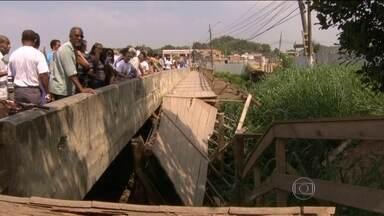 Queda de passarela em Duque de Caxias (RJ) deixa 11 feridos - Desgastada por cupins, ponte provisória não suportou peso de romaria. Duas mulheres feridas ainda estão internadas.