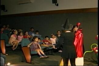 Grupo de teatro prende atenção da criançada em Uruguaiana, RS - Assista ao vídeo.