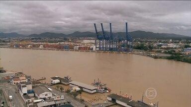 Excesso de chuva fecha porto em Santa Catarina - O Porto de Itajaí, um dos mais importantes da região, está fechado para desembarques desde sexta-feira (9). Rio Itajaí-Assu está quatro metros acima do nível normal.