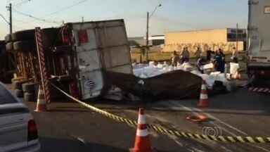 Carreta carregada de amianto tomba no anel viário, em Goiânia - Parte da pista ficou interditada. Agentes isolaram o veículo porque não sabiam se a carga era tóxica.