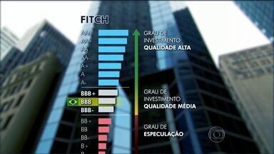 Agência de avaliação de risco Fitch rebaixa a nota de crédito do Brasil - Nota passou de BBB para BBB-. Na prática, isso significa que a agência ainda considera que o país tem condições de pagar seus compromissos.