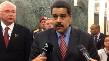 TSE desiste de mandar representante brasileiro para eleições na Venezuela - O Tribunal Superior Eleitoral desistiu de mandar um representante para acompanhar as eleições na Venezuela, em dezembro. O nome do indicado para chefiar a missão teria sido vetado pelos venezuelanos.