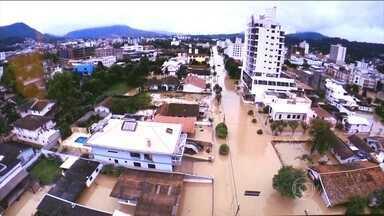 Provas do Enem são canceladas após enchente em Taió e Rio do Sul, em SC - As provas do Enem 2015 foram canceladas em duas cidades de Santa Catarina por causa da chuva forte que atinge a região. O repórter Douglas Márcio tem outras informações.