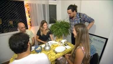 """Jantar compartilhado ganha adeptos no Brasil - O que faz uma pessoa abrir sua casa para receber convidados desconhecidos para jantar? É o chamado """"jantar compartilhado"""", uma experiência gastronômica que ganha adeptos no país."""