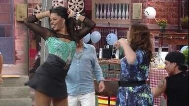 Nicoly e Marlene dançam tecnobrega - Nicoly (Juliana Alves) e Marlene (Ana Biard) aproveitam a festa