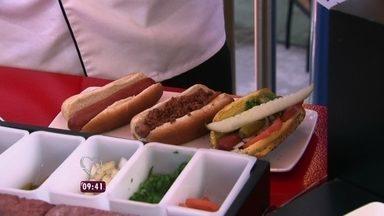Ana Maria descobre o segredo do famoso cachorro-quente americano - Chef Ed Colleran montou os três hot dogs favoritos no Universal Orlando Resort