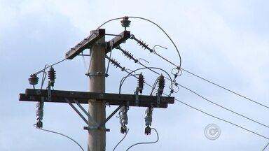 Granja tem prejuízo de R$ 30 mil com morte de frangos por falta de energia - A falta de energia elétrica provocou a morte de cerca de 4 mil frangos em uma granja de José Bonifácio (25), neste domingo (25). O local ficou sem energia durante 25 horas e as aves não suportaram o calor dentro da granja. Este é o segundo caso de falta de energia registrado na cidade, em dez dias, que resultou em um prejuízo de R$ 30 mil para o produtor.