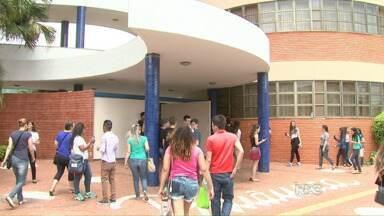 Candidatos chegam cedo no segundo dia de provas do Enem em Foz - Os portões fecharam a uma hora da tarde.