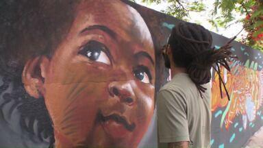 Grafiteiros dão vida ao muro de uma escola de Mandaguari - Quem passou pelo local adorou ver os artistas dando cor ao local.