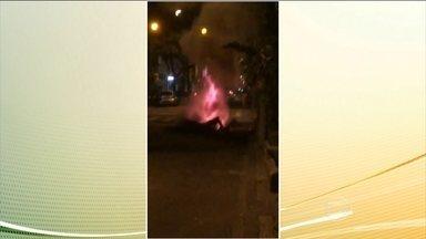 Bueiro explode em esquina de Copacabana, no Rio de Janeiro - A tampa atingiu um táxi que estava parado no sinal, mas ninguém se feriu. A concessionária de energia informou que está investigando as causas da explosão.