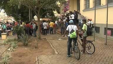 Alunos de Marília protestam contra reorganização escolar nesta 2ª feira - Aproximadamente 50 alunos da Escola Estadual José Alfredo de Almeida de Maríliax (SP) fizeram um protesto na manhã desta segunda-feira (26) em frente à Diretoria de Ensino.