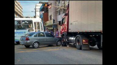 Carro e caminhão colidem e complicam o trânsito em Cachoeiro, Sul do ES - O trânsito ficou interditado nos dois sentidos durante uma hora.