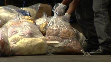 Polícia apreende produtos impróprios para o consumo em supermercado de Goiânia - Fiscais encontraram muita sujeira e tiveram que fechar o açougue.