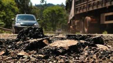 Chuva piora as condições de estradas gaúchas - RS-400 está cheia de buracos.