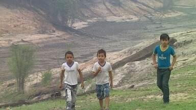 Seca aumenta viagem e cansaço de estudantes do interior do Amazonas - Durante a vazante, eles têm que andar bem mais para chegar ao destino.