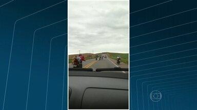 Imagens flagram imprudências e pegas em estradas do estado - Na Avenida das Américas, um homem de skate é flagrado sendo arrastado por um carro. Um outro coloca o corpo todo para fora do veículo. Motociclistas fazem pega na BR-356.