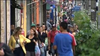 Brasileiros vão usar décimo-terceiro salário para pagar dívidas - A pesquisa mostra que 74% dos consumidores vão gastar o benefício pagando o que devem. O endividamento atinge todas as classes sociais.
