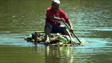 Comerciante improvisa jangada para cuidar de lagoa, em Guarulhos - Seu Antônio recolhe todo lixo deixado por frequentadores da lagoa, que fica no bairro Água Azul. Ele montou uma jangada para poder catar o lixo, que polui as águas.