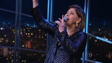 """Roberta Miranda encerra programa de segunda-feira cantando """"A Majestade, o sabiá"""" - Música é um clássico do repertório da cantora"""