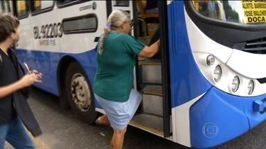 Ônibus desrespeitam altura máxima do degrau e usuários têm dificuldades - Resolução determina que primeiro degrau tenha até 45 centímetros.Ortopedista diz que o ideal seria no máximo 20 centímetros.