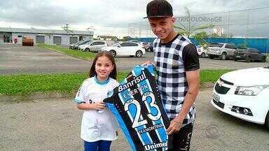 Gremista fanática, menina conhece o ídolo Everton - Giulia foi ver um jogo na Arena pela primeira vez no domingo, e vídeo repercutiu nas redes sociais.