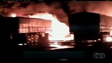 'Chupeta' em bateria provoca fogo e incendeia três carretas em GO; vídeo - Segundo PRF, cabo pode ter se soltado e provocado curto-circuito. Três motoristas se feriram; veículos estavam em posto da BR-153.