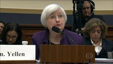 Wall Street fecha em queda depois da presidente do Fed admitir alta de juros - Na quarta-feira (4), Wall Street fechou em queda, depois que a presidente do Federal Reserve, Janet Yellen, ter admitido subir as taxas de juro nos Estados Unidos já em dezembro. Veja todas as informações com o correspondente Hélter Duarte.