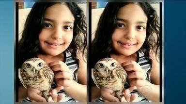 Caroline faz pose para exibir a corujinha que tem em casa - A Caroline participou com seu animal de estimação da campanha #olhaobicho do BDSP.