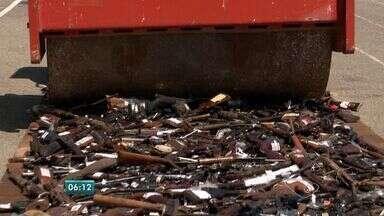 Mais de 4 mil armas apreendidas em 2015 são destruídas em Vitória - Índice de crimes violentos reduziu com apreensões.Neste ano já foram destruídas 7.877 armas.
