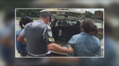 Venezuelanas são presas com quase 15 quilos de cocaína em Itu - A Polícia Rodoviária prendeu nesta quarta-feira (4) duas venezuelanas com aproximadamente 15 quilos de cocaína na rodovia Castello Branco (SP-280), no trecho que pertence a Itu (SP). Segundo informações da polícia, a dupla estava em um ônibus que seguia viagem para São Paulo e iriam para o aeroporto de Guarulhos (SP).