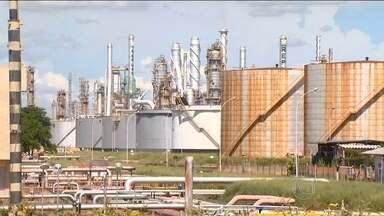Petroleiros em greve completam quatro dias dentro de refinaria em SP - Sindicato alerta sobre riscos para a segurança, já que o número de funcionários na refinaria é menor que o necessário. Com a greve, não houve mais trocas de turno.