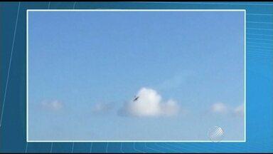 Vídeo mostra objeto que pode ter batido em avião pouco antes de queda em Salvador - O acidente aconteceu no sábado (31) durante uma apresentação. O piloto da aeronave morreu.