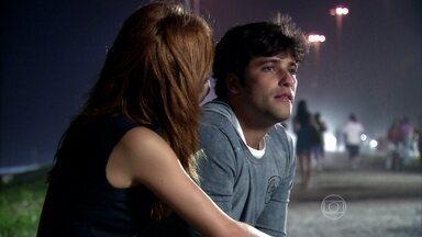 Tarso fala sobre seus medos para Tônia - O rapaz se queixa de Ramiro e Tônia tenta tranquilizar o namorado