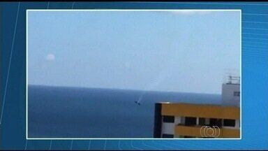 Pai acha que objetos atingiram avião do piloto que morreu após acidente - Vídeo registra dois objetos nas proximidades da aeronave da vítima. Avião de André Textor caiu no mar após série de acrobacias na Bahia.