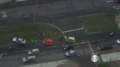 Acidente envolvendo três carros fecha pista da Avenida das Américas, na Barra - Um táxi, um carro de autoescola e um carro particular se envolveram no acidente.