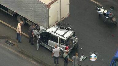 Grave acidente interdita pista lateral da avenida Brasil, no sentido Zona Oeste - Um caminhão, dois ônibus e três carros se envolveram no acidente, na altura de Guadalupe. Um longo congestionamento se formou no local.