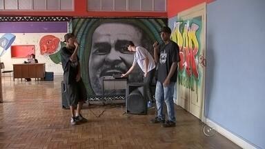 Semana Municipal do Hip Hop começa em Bauru nesta sexta-feira - A 5º Semana Municipal do Hip Hop começa nesta sexta-feira (6), em Bauru (SP). O festival promove o movimento por meio da cultura, da formação de público e de debates sobre cultura periférica, cultura negra, feminismo e segurança pública, além de promover shows, exibição de documentários e oficinas na cidade.