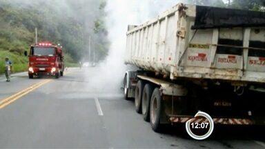 Caminhão pega fogo na Oswaldo Cruz - Em pouco tempo, chamas tomaram conta do caminhão.