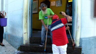 Protestos marcam 3ª sessão na Câmara de Resende, RJ, após escândalos das licitações - Usando narizes de palhaço, manifestantes lavaram escadas da casa; foi anunciada a exoneração das pessoas que ocupavam cargos comissionados e acusadas de envolvimento no caso das fraudes de licitações.